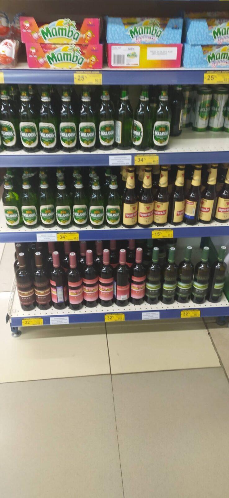 Пиво стоящее на полках