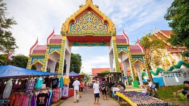 Рынок у храма