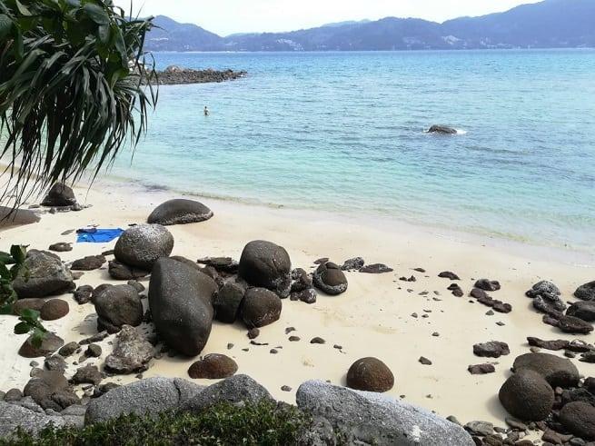 Камни у входа в воду