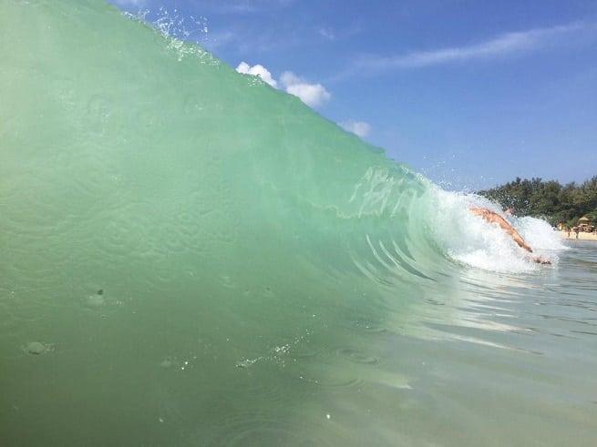 Волны порой огромные