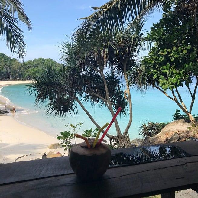 кокос на столе