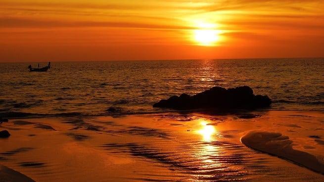 Пляж в лучах заката