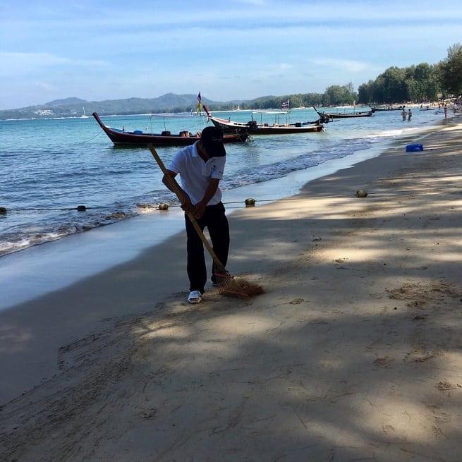 Убирают на пляже часто