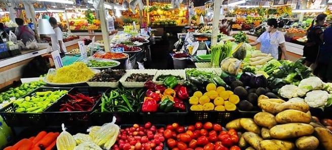 На прилавке овощи
