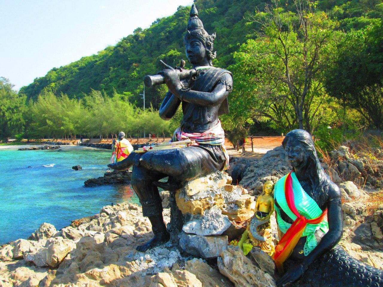 скульптуры на пляже
