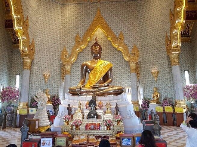 Иногда на Будду накидывают одеяние
