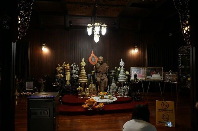 Статуя монаха