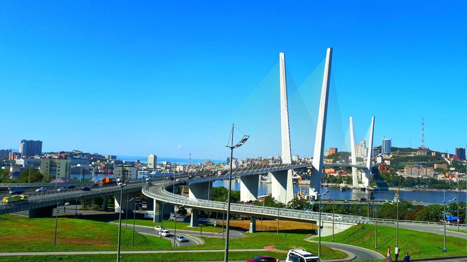 Летом мост шикарен