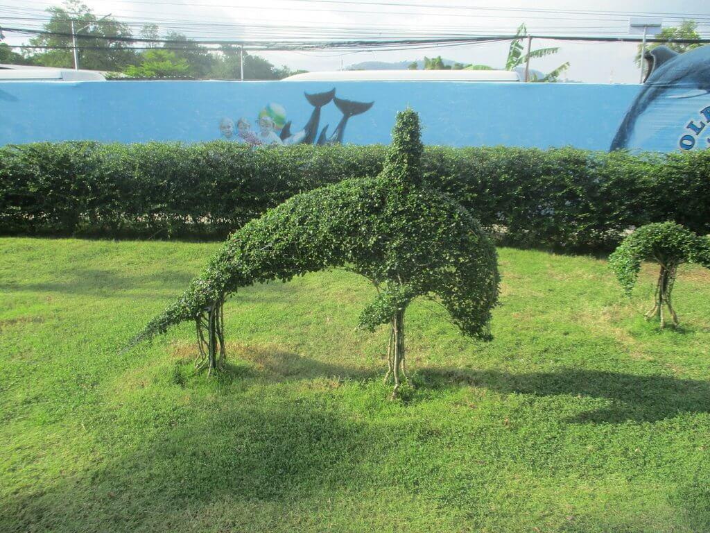 НА газоне тоже дельфины