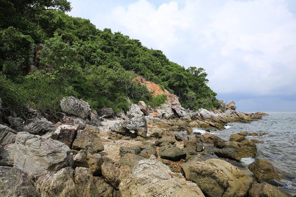 Есть на острове и каменистые пляжи