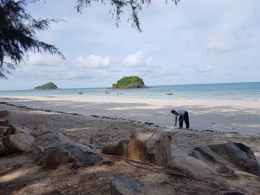 Местный житель на фоне моря