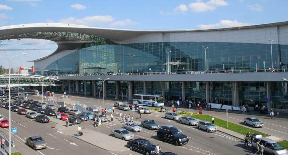 Автомобили около здания аэропорта