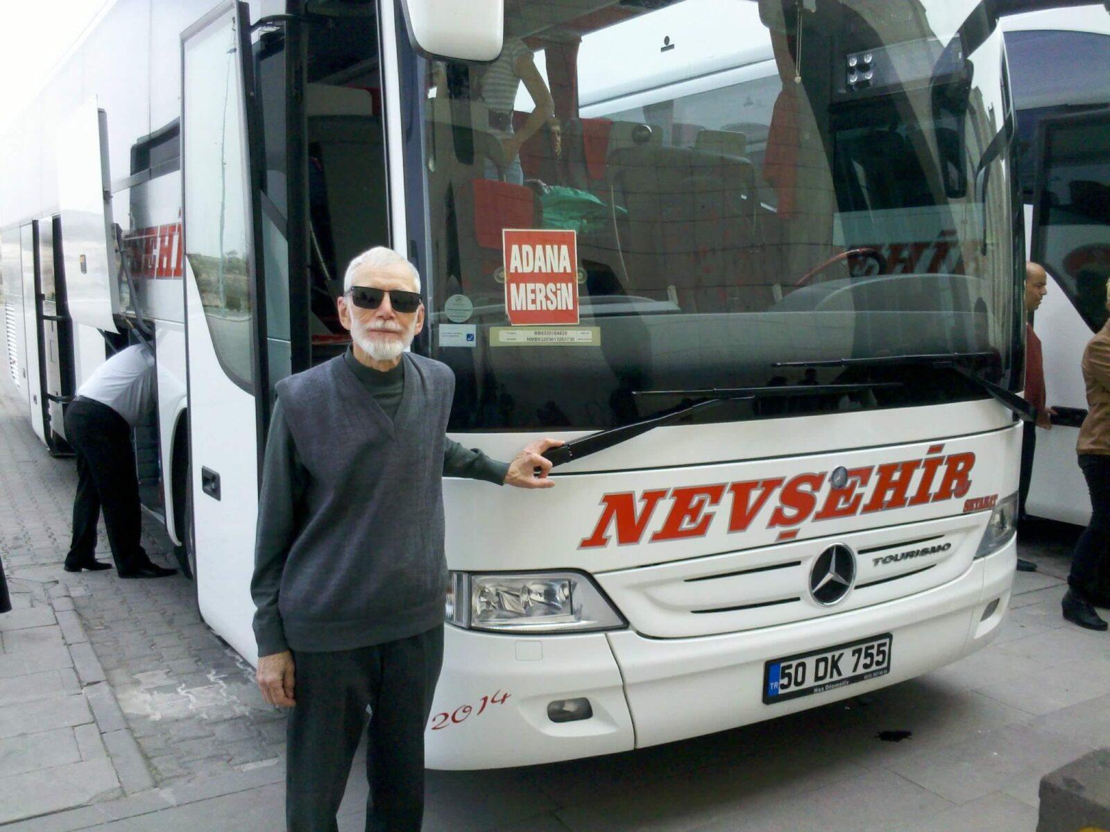 Водитель около автобуса