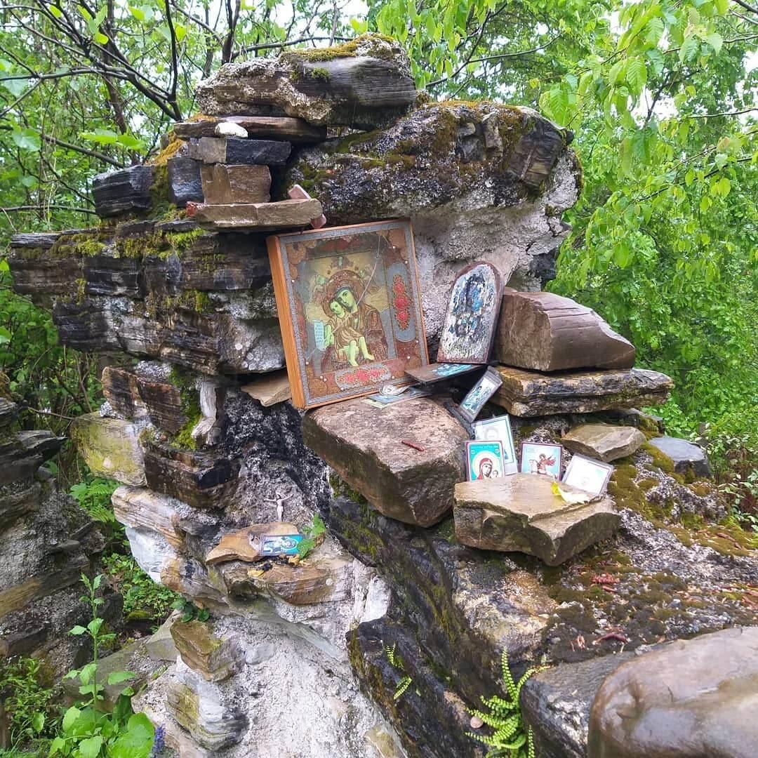 Иконы на развалинах