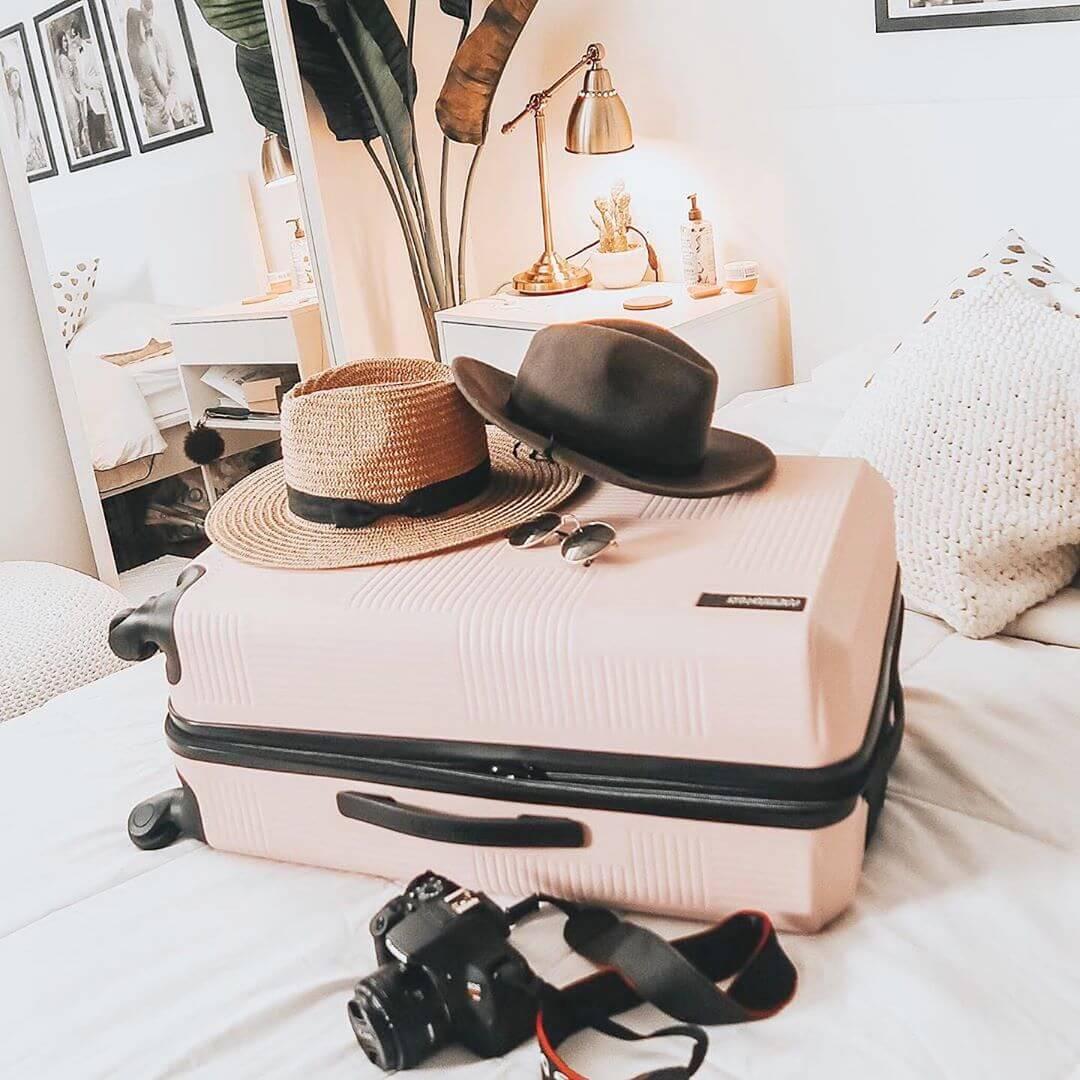 багажная сумка лежит на кровате