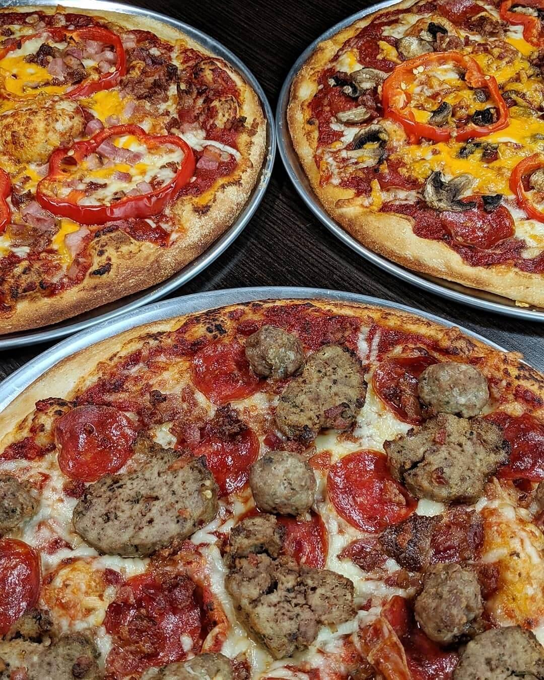 три пиццы на столе
