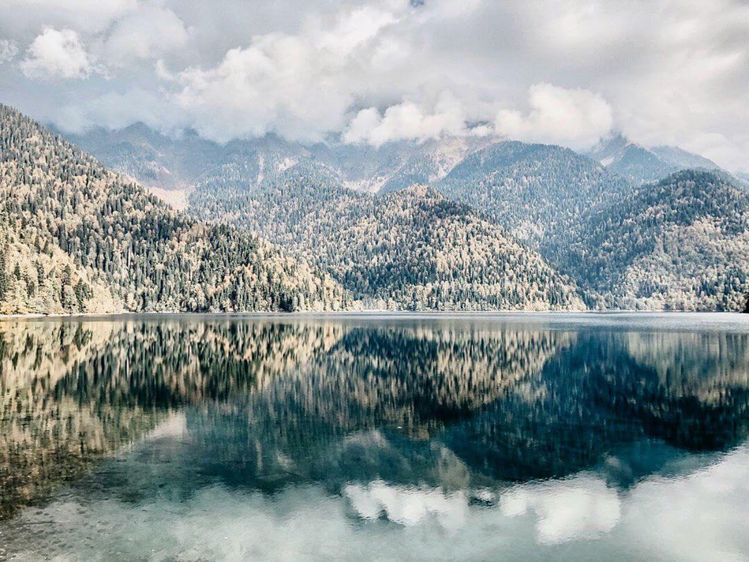 озеро на фоне гор