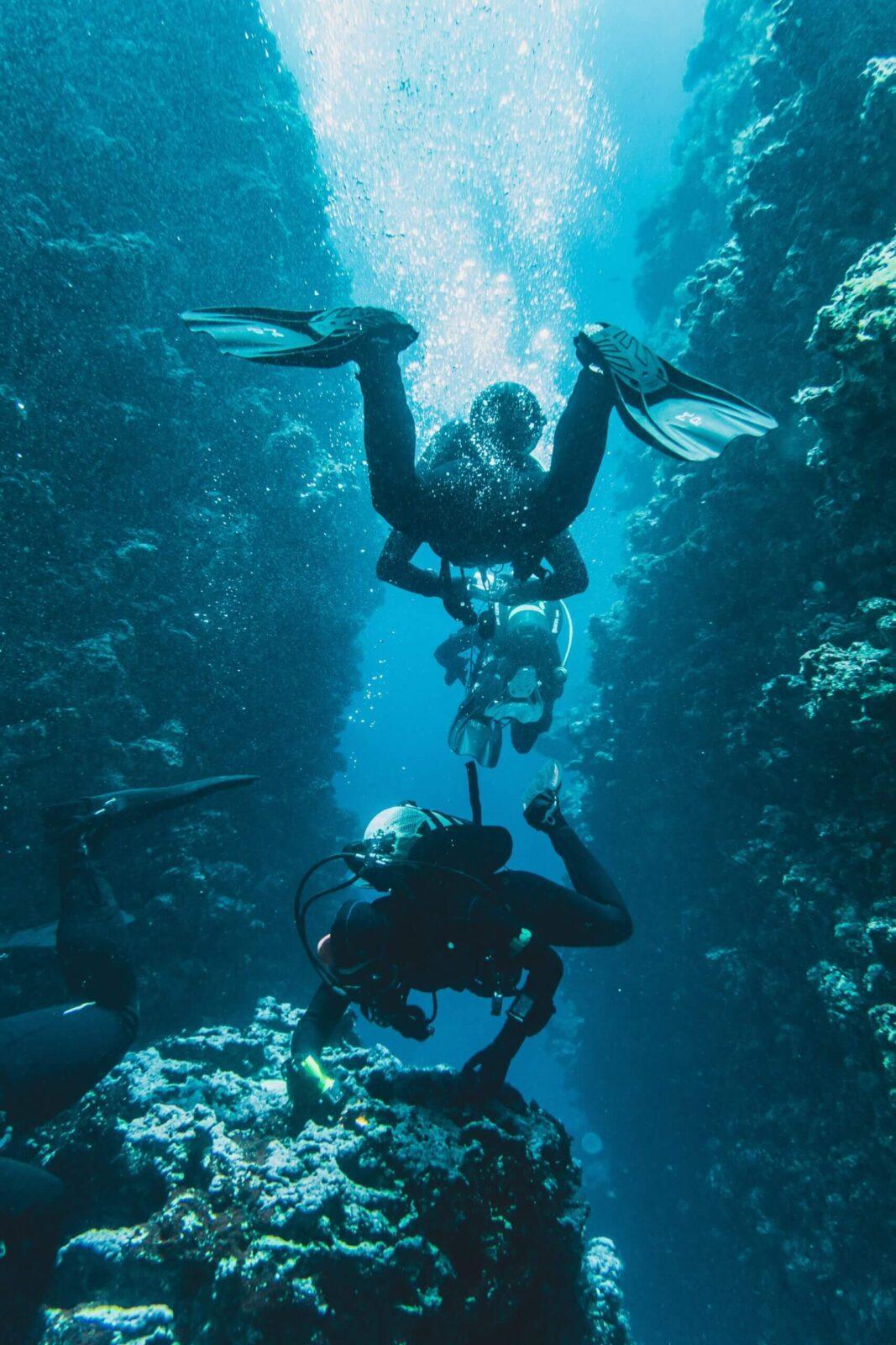 Между подводными скалами