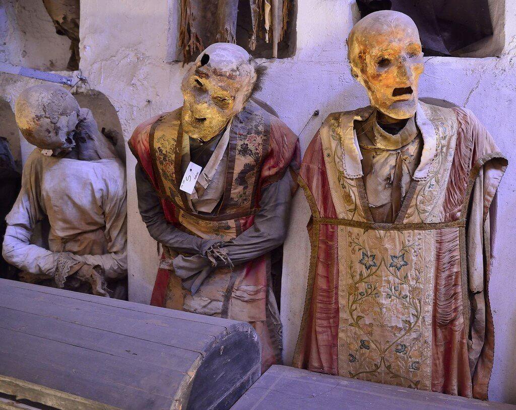 Застывшие монахи