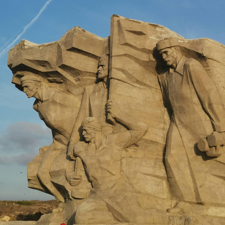 Памятник героям