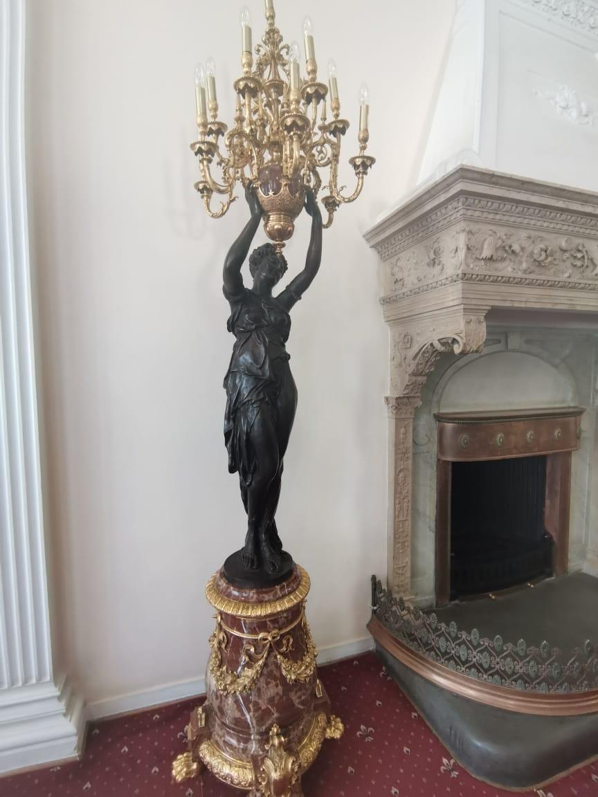 Камин в вестибюле