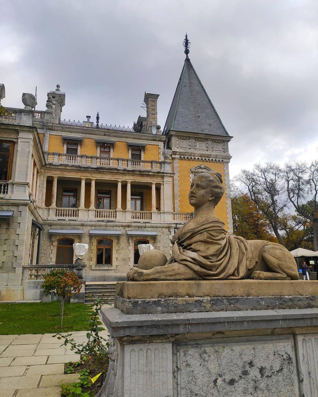Статуя и дворец