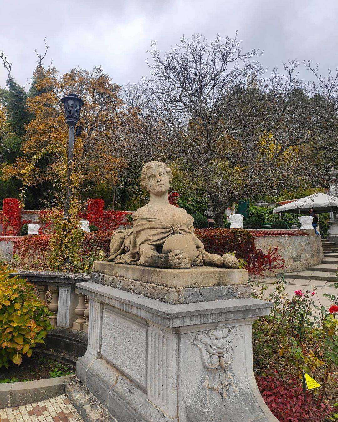 Статуи тут везде