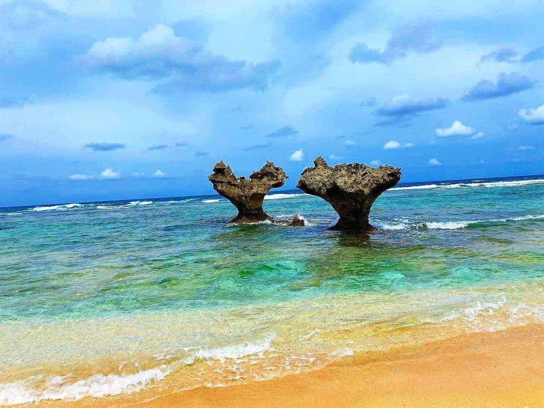 Два камня в море