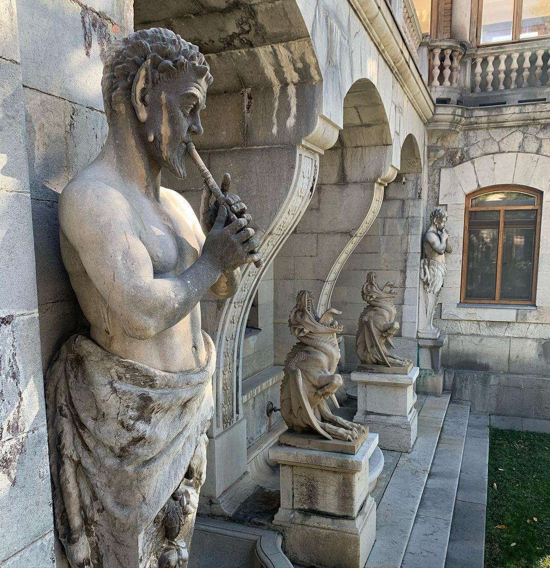 Статуи на стенах