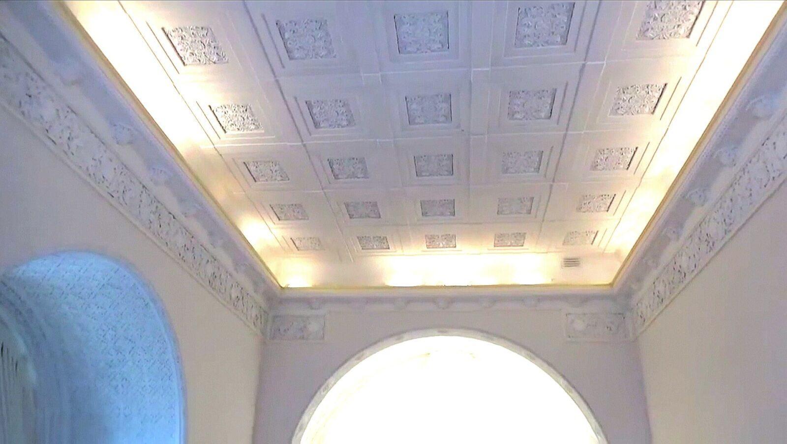 На потолке