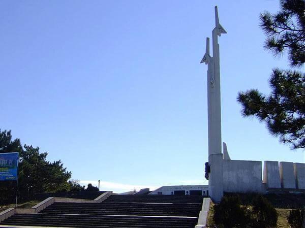 Памятник мужеству и героизму авиаторов-черноморцев