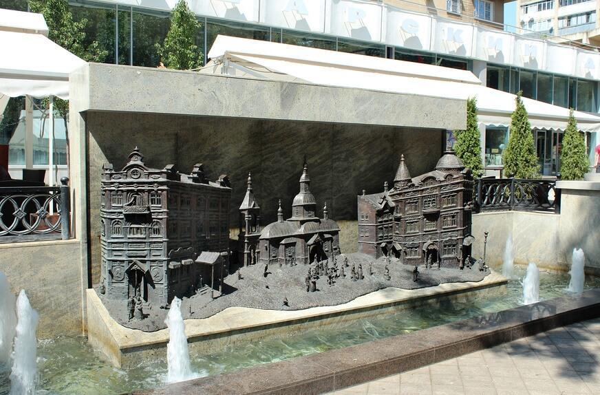 фонтан с горельефом