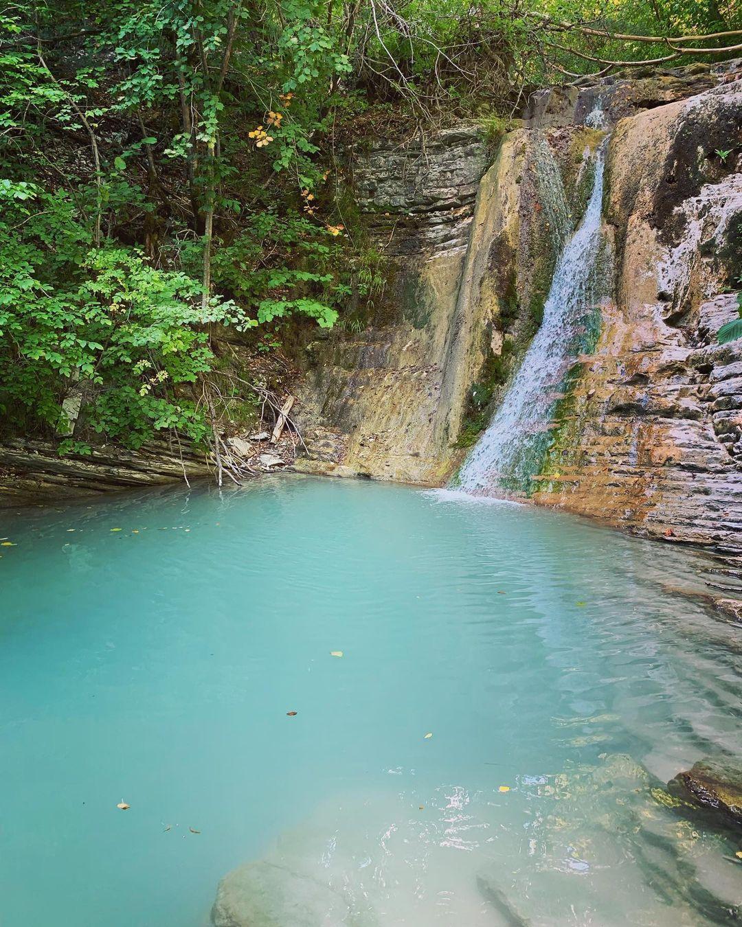 Прохладное озеро у водопада