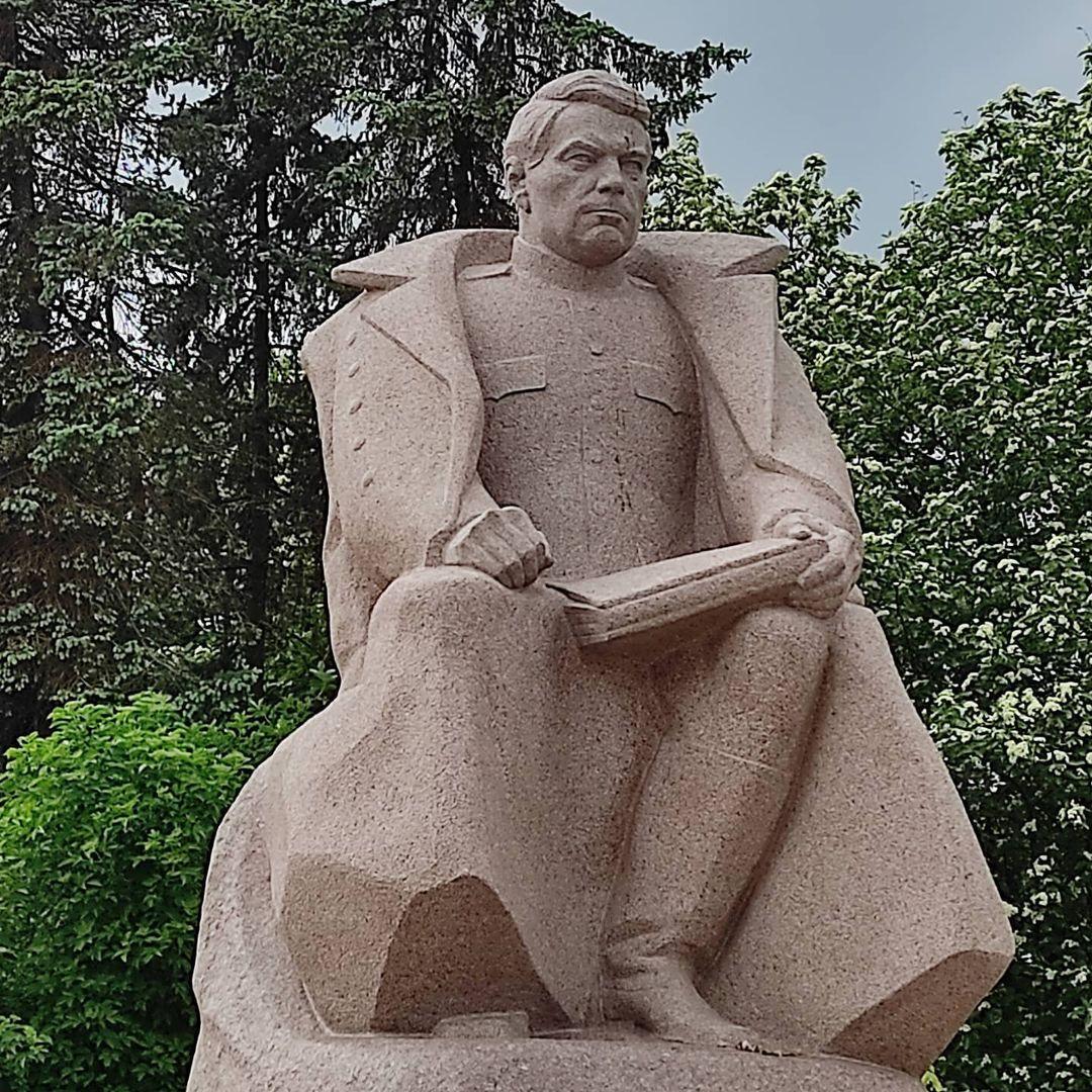 Памятник герою